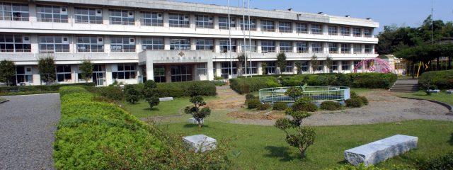 緑の庭園と校舎