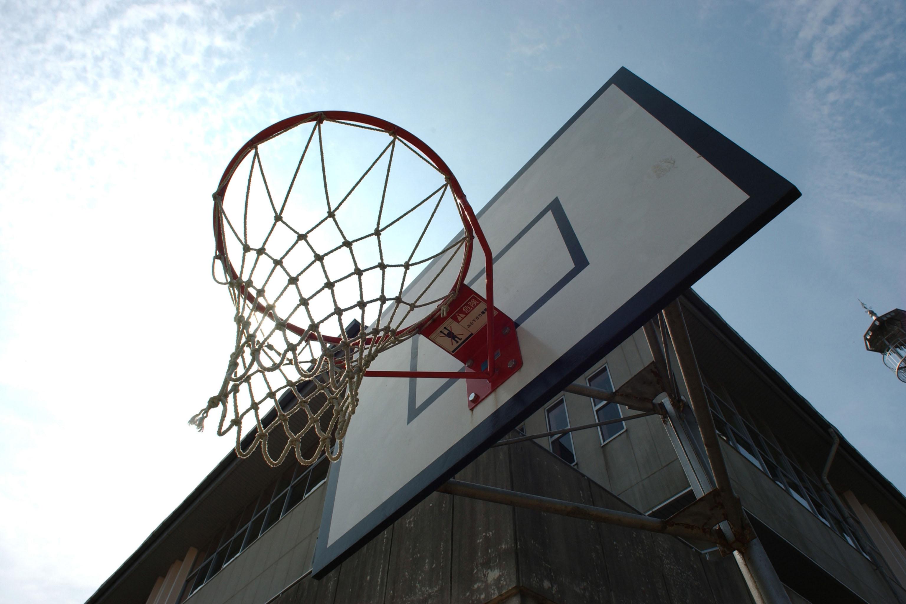外にあるバスケットゴールしたから見上げる空