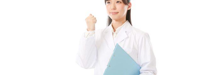 青いファイルを持つ白衣の女性